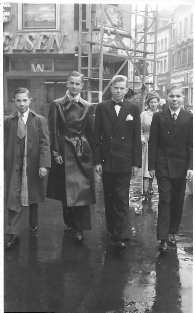 Fire konfirmander i 1950. Fra venstre: Henning Poulsen, John Robdrup, Leon Møller Nielsen og Peter Thygesen